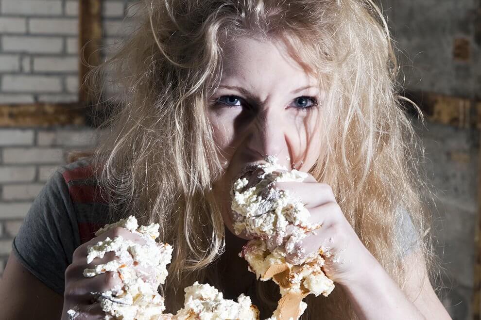 ragazza con fame ansiosa che mangia a causa delle sue emozioni