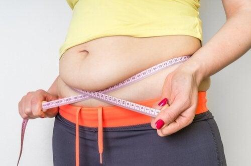 Donna misura il girovita