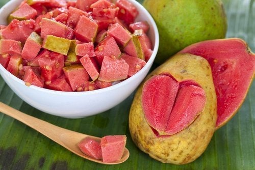 Guava a cubetti con cucchiaio