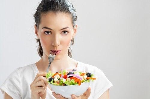 ragazza che mangia insalata