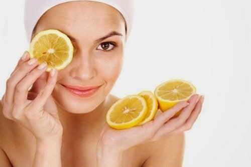 ragazza con fette di limone