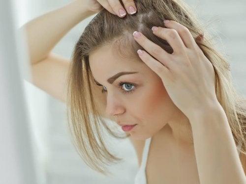 Massaggiare il cuoio capelluto