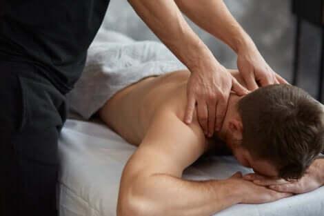 Uomo sottoposto a un massaggio.