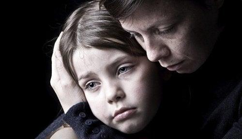 Bambina che pensa in negativo a causa del fatto di avere una madre narcisista