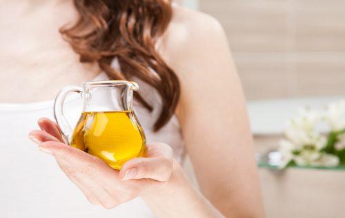 donna con brocchetta con olio extravergine d'oliva