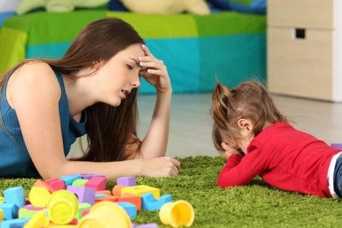 Mamma con bambina su un tappeto