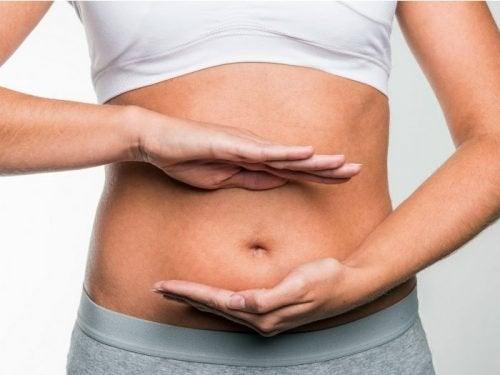 Donna con ventre gonfio