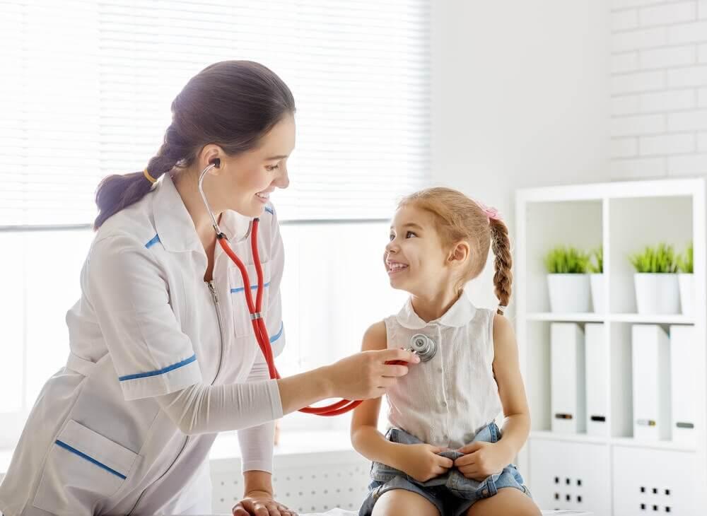 Pediatra e bambina