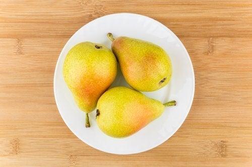 con la mela, la pera è la migliore frutta per lo svezzamento