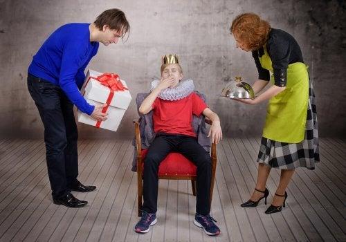 Genitori offrono doni a figlio vestito da re