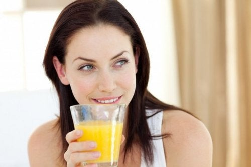 Ragazza beve infuso di buccia d'ananas