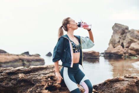 Prevenire la ritenzione idrica: ragazza che beve.