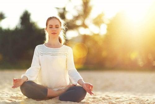 Ragazza che medita in spiaggia