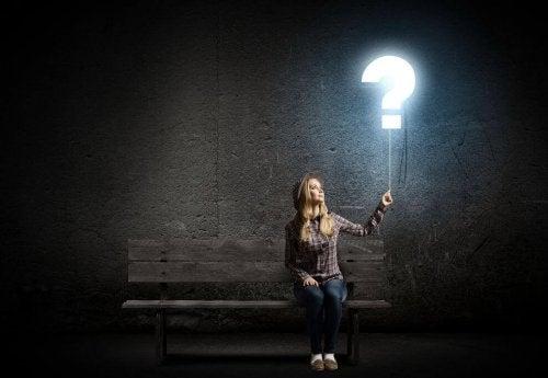 Ragazza con punto di domanda luminoso