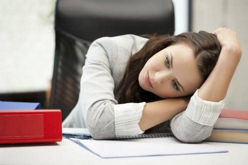 Ragazza depressa fatica a lavorare