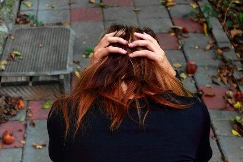 Donna con mani sulla testa