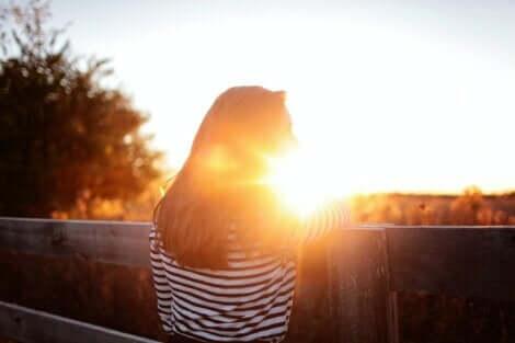 Ragazza che guarda il tramonto.
