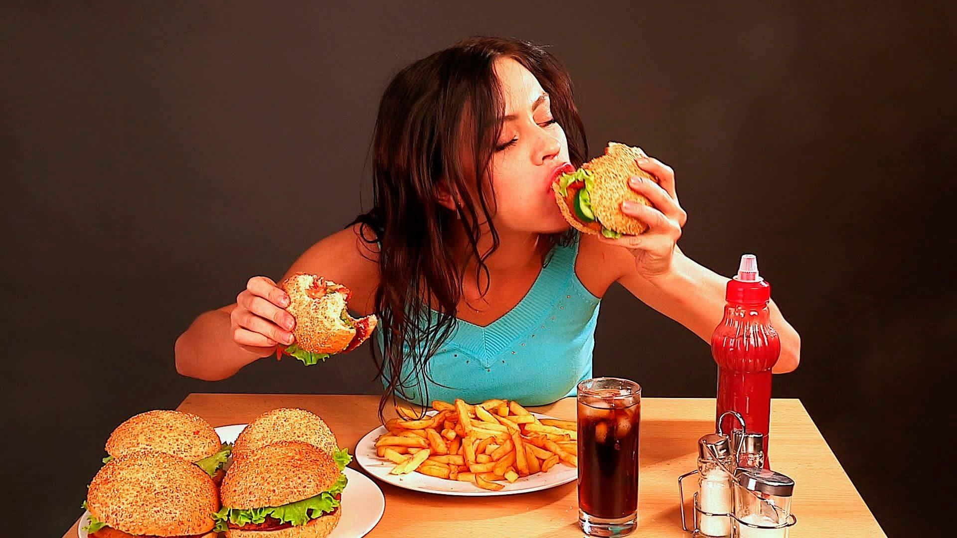Ragazza mangia cibo da fast food