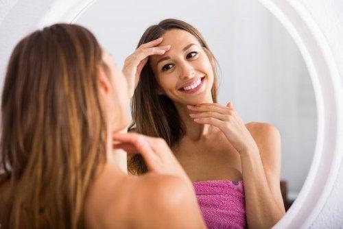 Ragazza sorride allo specchio