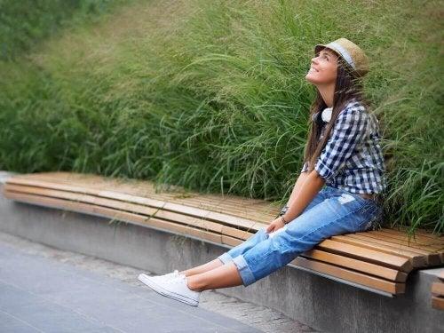 Ragazza sorridente seduta su panchina