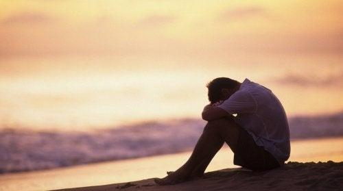 Ragazzo triste in spiaggia
