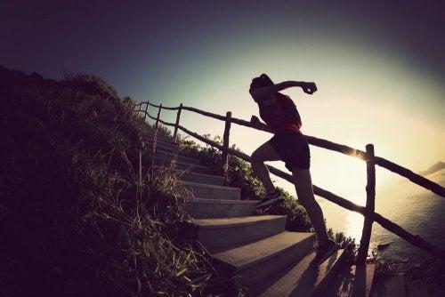 ragazza sale scale in riva al mare