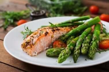 Valori normali di emoglobina: salmone con gli asparagi.