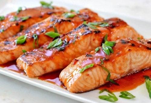 Salmone condito con salsa