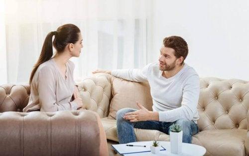 Coppia che parla seduta sul divano
