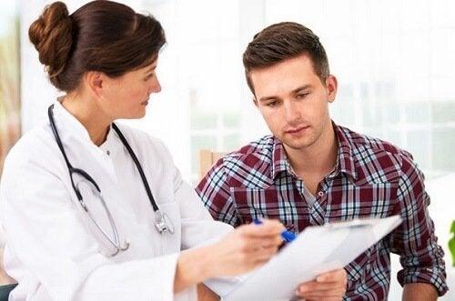 Dottoressa parla con paziente