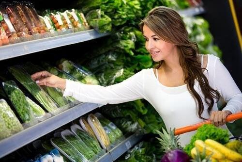 Una donna che compra verdure