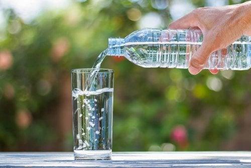 Uomo che si versa acqua