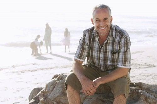 Uomo di mezza età seduto al mare