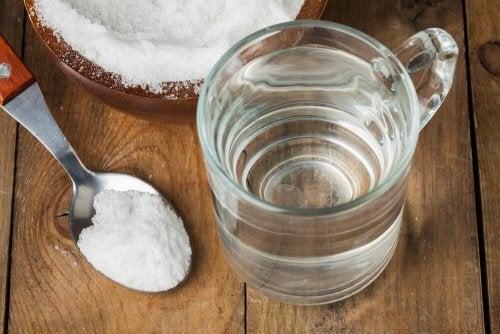 Gargarismi al bicarbonato e all'acqua