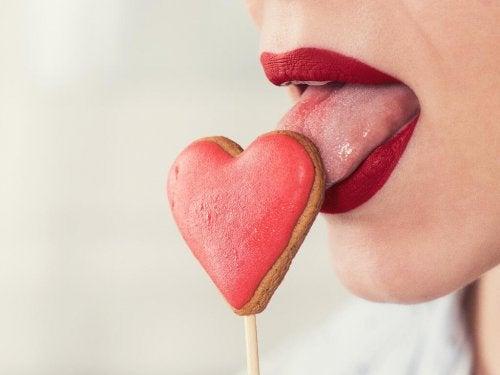 Donna con lecca lecca a forma di cuore