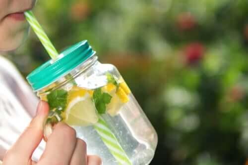 Acqua detox al limone