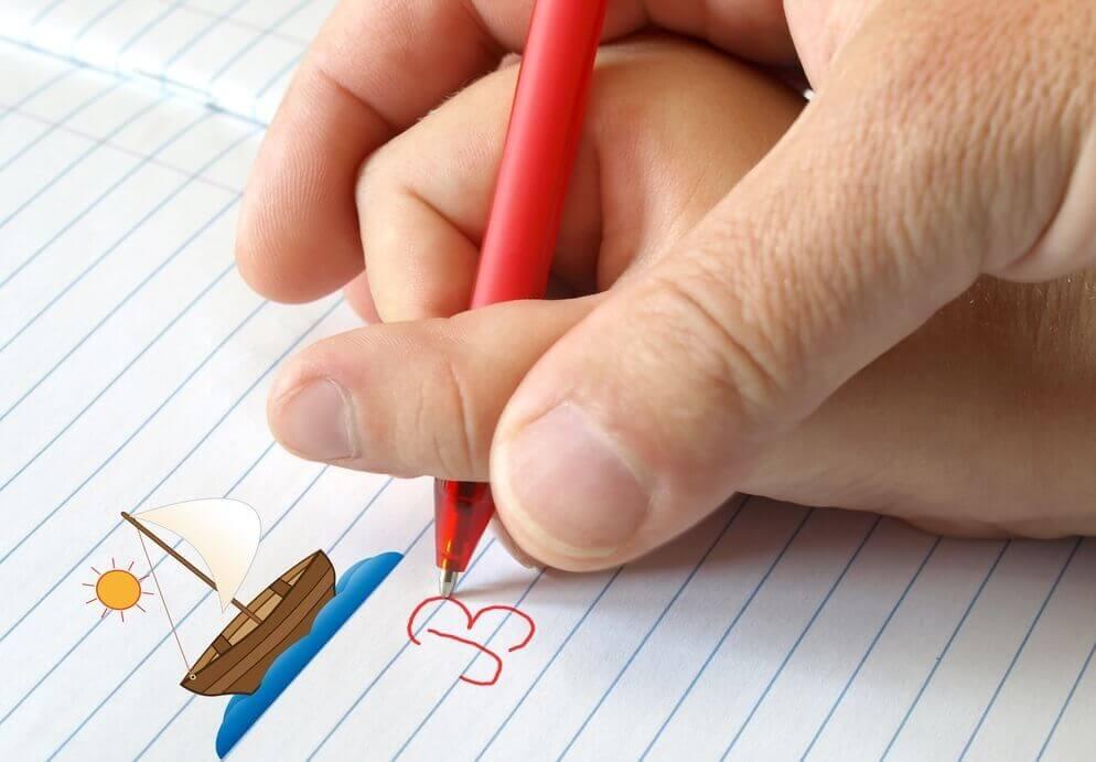 adulto insegna a scrivere a un bambino