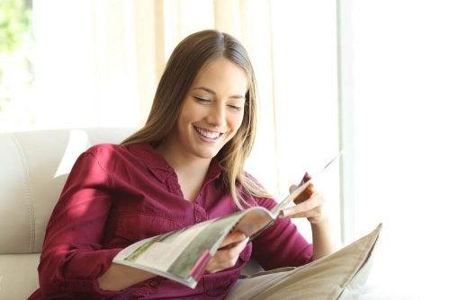ragazza sorridente legge rivista
