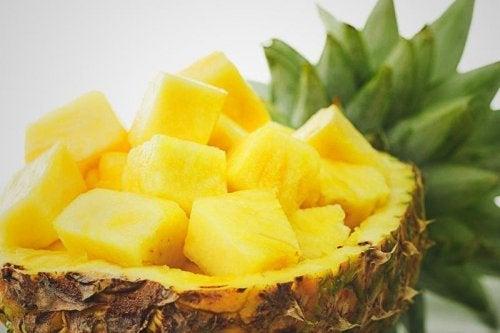 Ananas tagliato a pezzi