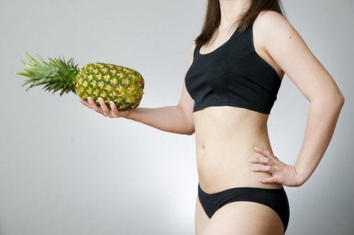donna in mutande con ananas in mano