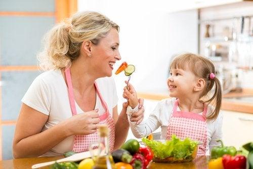 Bambina mangia con la mamma