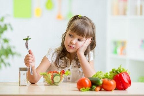 Bambina gioca col cibo