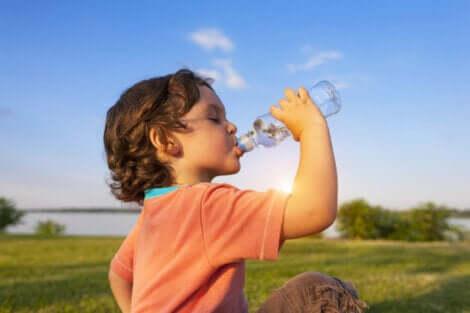 Bambino che beve acqua.
