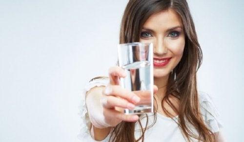 donna con bicchiere di acqua