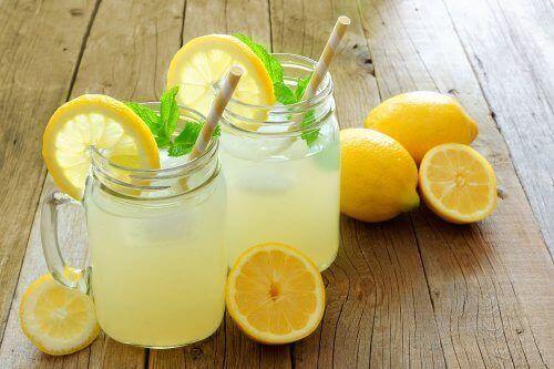 Bicchieri con acqua e limone