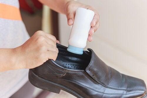 uomo mette borotalco nelle scarpe