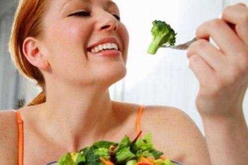 donna mangia broccoli