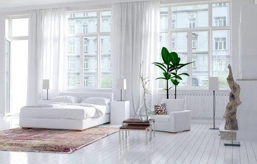 camera da letto bianca e luminosa