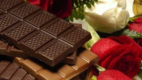 Cioccolato e rose rosse e bianche