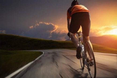 uomo che va in bicicletta